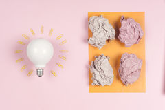 El concepto de la inspiración arrugó la metáfora de papel de la bombilla para la buena idea Fotografía de archivo