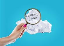 El concepto de la inspiración arrugó la metáfora de papel de la bombilla para la buena idea imagenes de archivo