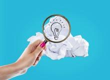 El concepto de la inspiración arrugó la metáfora de papel de la bombilla para la buena idea fotos de archivo libres de regalías
