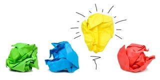 El concepto de la inspiración arrugó la metáfora de papel de la bombilla para la buena idea imagen de archivo