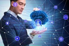 El concepto de la inteligencia artificial con el cerebro y el hombre de negocios imagen de archivo libre de regalías
