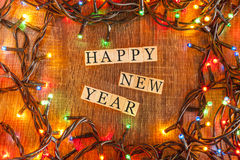 El concepto de la Navidad con deseo de la Feliz Año Nuevo formó en bloques de madera Imagenes de archivo