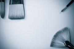 El concepto de la pintura al óleo cepilla la opinión superior sobre fondo blanco y negro Fotos de archivo