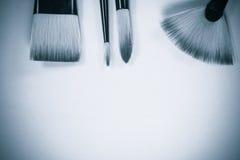 El concepto de la pintura al óleo cepilla la opinión superior sobre fondo blanco y negro Foto de archivo libre de regalías