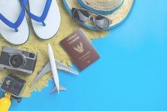 El concepto de la playa del viaje del verano con la moda del viaje del verano se opone fotos de archivo