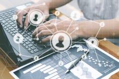 El concepto de la tecnología del negocio, hombres de negocios de las manos utiliza phon elegante Imágenes de archivo libres de regalías