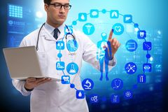 El concepto de la telemedicina con el doctor que presiona los botones virtuales Imágenes de archivo libres de regalías
