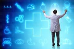 El concepto de la telemedicina con el doctor que presiona los botones virtuales Imagen de archivo libre de regalías