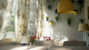 El concepto de las ventanas interiores ventanas integrales grandes adornadas con las cortinas de la impresi?n floral y la pared d almacen de metraje de vídeo