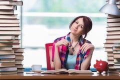 El concepto de libros de texto costosos con el estudiante Imagen de archivo