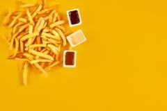 El concepto de los alimentos de preparación rápida con el restaurante frito grasiento saca como los anillos de cebolla, la hambur Foto de archivo libre de regalías