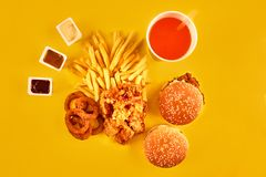 El concepto de los alimentos de preparación rápida con el restaurante frito grasiento saca como los anillos de cebolla, la hambur Imagen de archivo