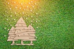 El concepto de X'mas con el papel del árbol de navidad cortó el verde plano g del estilo n Fotografía de archivo