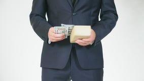 El concepto de mediación y de especulación un hombre adquiere una caja para una cantidad de dinero más pequeña y la transfiere pa almacen de metraje de vídeo
