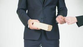 El concepto de mediación y de especulación un hombre adquiere una caja para una cantidad de dinero más pequeña y la transfiere pa metrajes