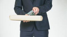 El concepto de mediación y de especulación un hombre adquiere una caja para una cantidad de dinero más pequeña y la transfiere pa almacen de video