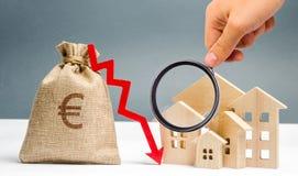 El concepto de mercado inmobiliario que cae Inter?s reducido en la hipoteca Una disminuci?n en precios y apartamentos de la propi imagen de archivo libre de regalías