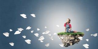 El concepto de niñez feliz descuidada con la muchacha y el papel acepilla f Foto de archivo libre de regalías