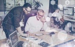 El concepto de pantalla digital, icono de la conexión virtual, diagrama, gráfico interconecta Hombre barbudo joven que discute id Imágenes de archivo libres de regalías
