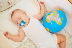 El concepto de paz, protección, niñez el dormir del bebé Foto de archivo