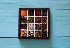 El concepto de productos y de especias orgánicos de los cereales en el fondo de madera azul, opción de la comida limpia, espacio  foto de archivo