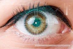 El concepto de sensor implantado en ojo humano stock de ilustración