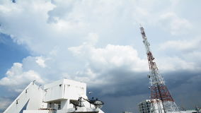 El concepto de transforma las nubes sobre una torre y un sattlelite, lapso de la telecomunicación del teléfono móvil de tiempo de almacen de metraje de vídeo
