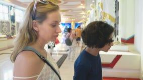 El concepto de turismo en Asia Turista europeo de la mujer con el pelo blanco y los ojos azules que ve las vistas en un budista almacen de metraje de vídeo