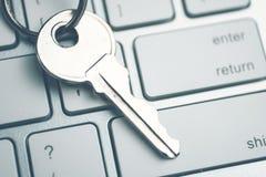 El concepto de una contraseña fuerte del sistema La llave en el teclado blanco entonado imagen de archivo libre de regalías