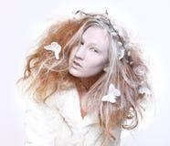 El concepto de una mujer en elaborado compone y pelo imagen de archivo