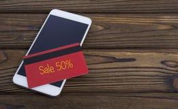 El concepto de vender descuentos con una aplicación móvil Foto de archivo libre de regalías