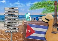 El concepto de verano que viaja con la maleta vieja y la ciudad de Cuba firman imágenes de archivo libres de regalías