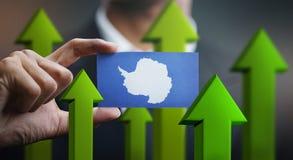 El concepto del crecimiento de la nación, se pone verde encima de las flechas - hombre de negocios Holding Car fotos de archivo