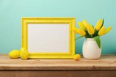 El concepto del día de fiesta de Pascua con el marco y el tulipán en blanco de la foto florece Imagen de archivo