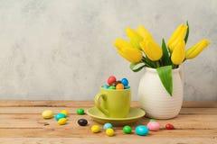 El concepto del día de fiesta de Pascua con los huevos y el tulipán de chocolate florece Fotos de archivo libres de regalías
