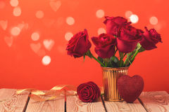 El concepto del día del ` s de la tarjeta del día de San Valentín con las rosas rojas y el corazón forman Fotografía de archivo