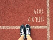 El concepto del deporte, Violet Sneakers para correr, calza la situación Fotos de archivo libres de regalías