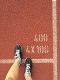 El concepto del deporte, Violet Sneakers para correr, calza la situación imagen de archivo