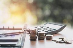 El concepto del dinero del ahorro y la moneda del dinero apilan el crecimiento para el negocio Imágenes de archivo libres de regalías