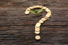 El concepto del dinero del ahorro y el dinero acuñan el signo de interrogación de la forma con el tre Imágenes de archivo libres de regalías