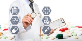 El concepto del doctor que tiene un examen médico imagen de archivo libre de regalías