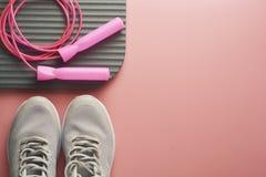 El concepto del entrenamiento, plano pone con el espacio de la copia Zapatos del deporte, cuerda de salto, ropa de la yoga sobre  fotografía de archivo libre de regalías