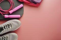 El concepto del entrenamiento, plano pone con el espacio de la copia Zapatos del deporte, cuerda de salto, ropa de la yoga sobre  fotos de archivo libres de regalías