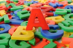 El concepto del fondo de la escuela, letras de ABC del plástico del alfabeto juega Fotos de archivo libres de regalías