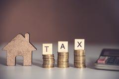 El concepto del impuesto bloquea palabra y x22; TAX& x22; en pila y la calculadora de la moneda en w Imagen de archivo