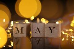 El concepto del mes, vista delantera muestra el bloque de madera escrito mayo con li Foto de archivo