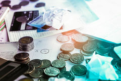 El concepto del negocio con las monedas, el calendario del plazo, la calculadora, la tarjeta de crédito y la cuenta ejercen la ac imágenes de archivo libres de regalías