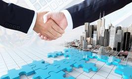El concepto del negocio de la fusión y de la adquisición, se une a pedazos del rompecabezas Imágenes de archivo libres de regalías