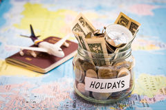 El concepto del presupuesto de los días de fiesta con el compás, el pasaporte y los aviones juegan Foto de archivo