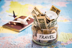 El concepto del presupuesto de viaje con el compás, el pasaporte y los aviones juegan Imagen de archivo libre de regalías